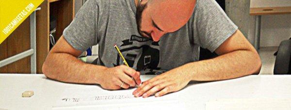 Pedro Arilla dibujando letras